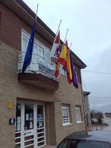 Banderas del Ayuntamiento de Sargentes a media asta